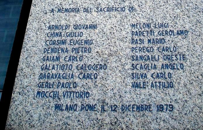 DSC03236_-_Milano_-_Piazza_Fontana_-_Lapide_per_vittime_attentato_-_Foto_Giovanni_DallOrto_10-feb-2007