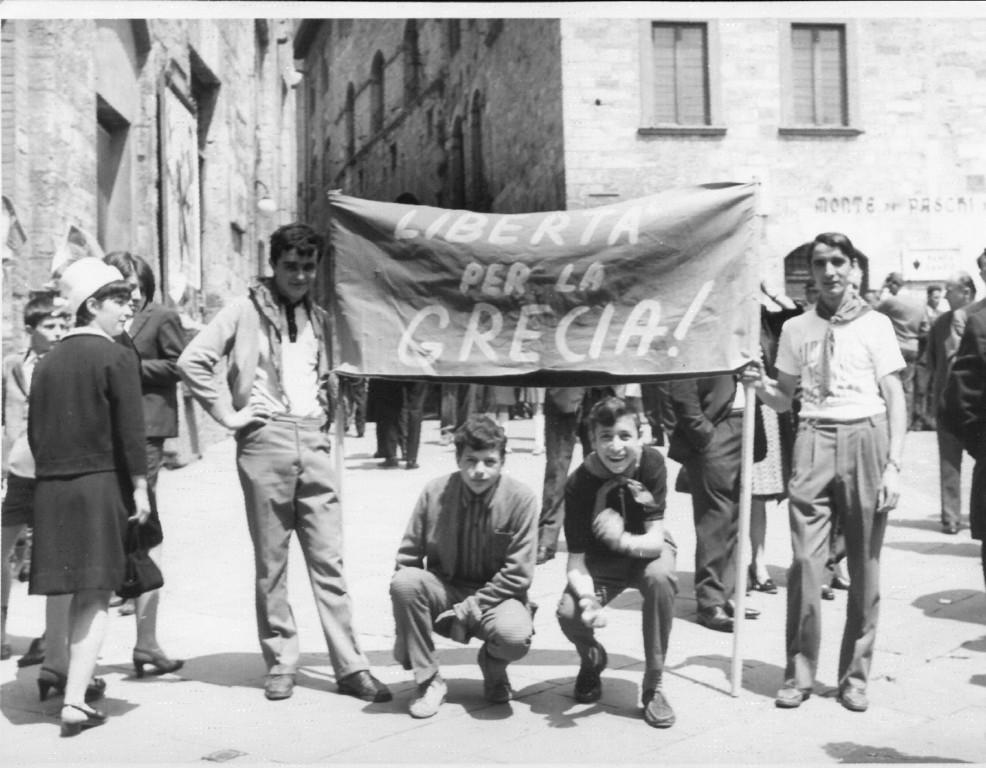 S.-Gimignano.-1967.-Manifestazione-contro-il-colpo-di-stato-dei-colonnelli-in-Grecia