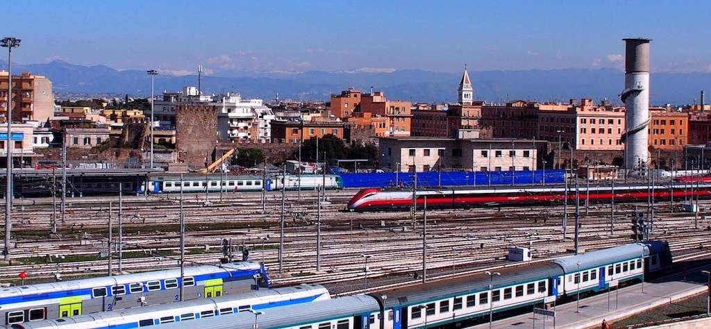 テルミニ駅から放射状に広がる線路の数に目も眩む。国境を越えるインターナショナルラインも多く出発している。
